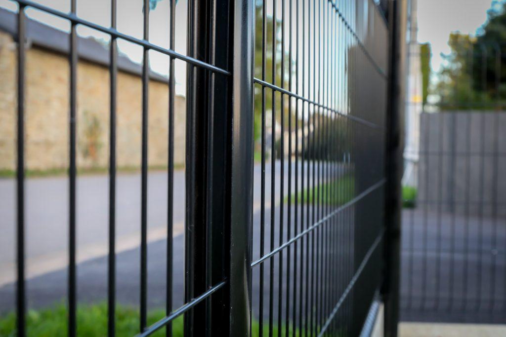 Clôture panneau rigide noir. Jardins des 4 Saisons. Guer, Ploërmel, Redon, Plélan-Le-Grand, Maure de Bretagne